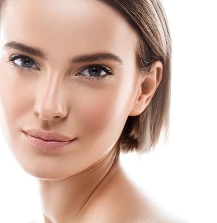 Beauty Woman Gesicht Portrait. Schönes vorbildliches Girl mit den perfekten frischen sauberen purpurroten Lippen der Hautfarbe. Jugend des kurzen Haares des blonden Brunette und Hautpflege-Konzept. Isoliert auf weißem hintergrund Standard-Bild