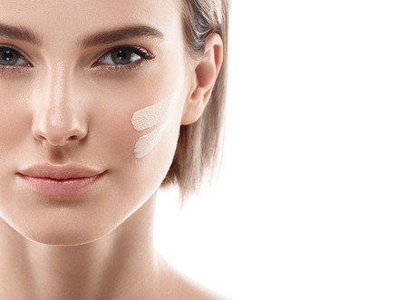 여자 얼굴에 피부 톤 크림 라인. 아름 다운 여자의 초상화 아름다움 피부를 건강하고 완벽한 메이크업. 스튜디오 촬영. 흰색입니다. 스톡 콘텐츠 - 63468610
