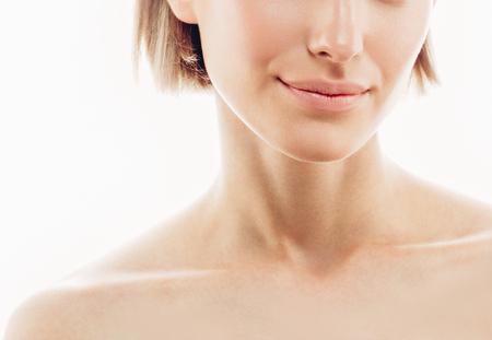 美容女性の顔の唇は鼻の肩です。完璧な新鮮なきれいな肌赤紫の唇と美しいモデルの女の子。金髪ブルネット ショートヘア青少年と肌ケア概念。白
