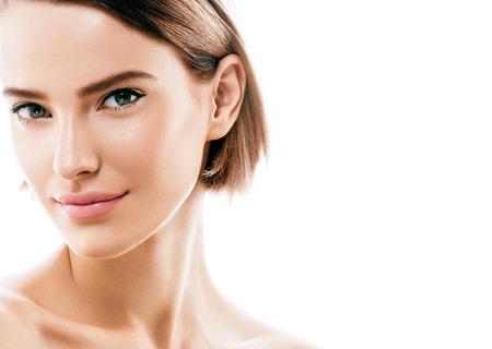 아름다움 여자 얼굴의 초상화. 완벽한 신선한 클린 스킨 컬러 입술을 가진 아름 다운 모델 소녀 보라색 빨간색. 금발 갈색 머리 짧은 머리 청소년 스킨