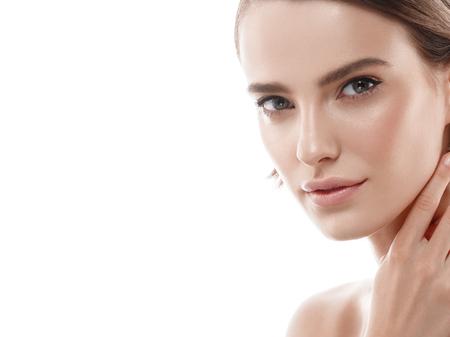 Ritratto di donna di bellezza viso. Bellissima modella Girl with Perfect Fresh Clean Skin color labbra rosso porpora. Capelli corti castana biondi Gioventù e concetto di cura della pelle. Isolato su uno sfondo bianco Archivio Fotografico