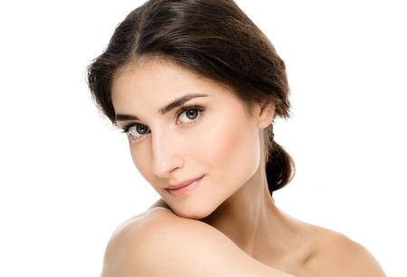 완벽한 얼굴 피부의 초상화 뷰티 스파 여자. 아름다운 스파 소녀는 텍스트에 대 한 빈 복사본 공간을 표시합니다. 제품을 제안. 광고에 대한 제스처. 흰