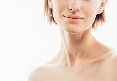 Belleza de la mujer frente a los labios hombros nariz. Bella modelo chica con labios de color piel perfecta fresco y limpio de color rojo púrpura. Morena Rubia pelo corto juventud y la piel del concepto de atención. Aislado en un fondo blanco