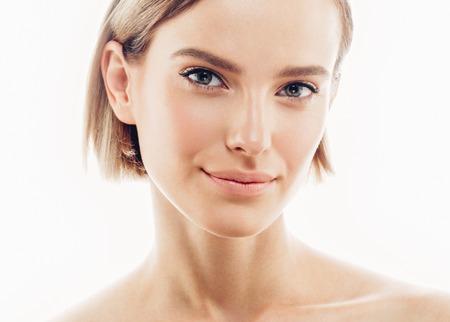 Schoonheid gezicht van de vrouw portret. Mooi model meisje met perfecte verse schone huid kleur lippen paars rood. Brunette kort haar jeugd en Skin Care Concept. Geïsoleerd op een witte achtergrond Stockfoto