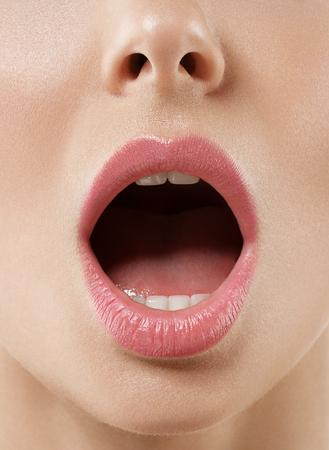 Donna aperto bocca da vicino. Lo studio ha sparato. Archivio Fotografico - 63608568