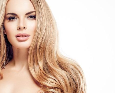 아름 다운 여자 얼굴 클로즈 업 초상화 곱슬 긴 금발 놀라운 머리를 가진 젊은 스튜디오