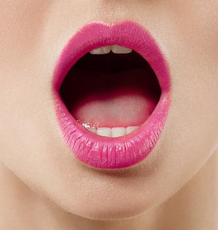 口を開けて女性をクローズ アップ。スタジオ撮影します。