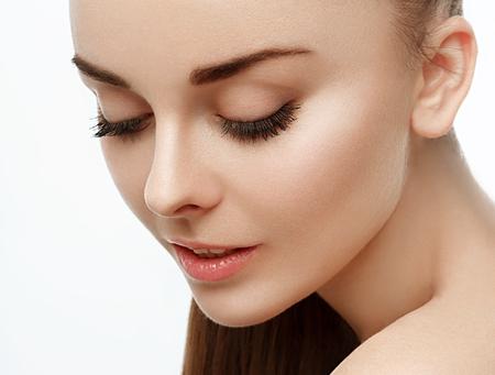 cola mujer: Cara de la mujer hermosa con el pelo de la cola. Aislado en blanco. estudio de disparo.