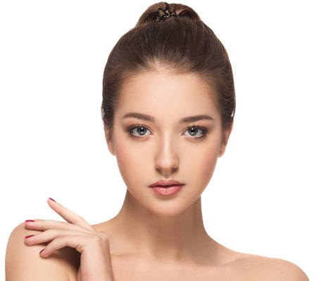 Portrait de belle femme brune avec des cheveux en bonne santé. Nettoyer la peau douce. Jeune fille isolée sur un fond blanc. Modèle de Skincare.Spa.Beauty Banque d'images - 66087760