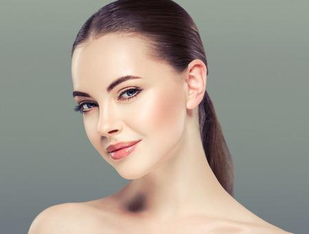 青の背景に白い肌ケア概念に分離された女性美の肖像画