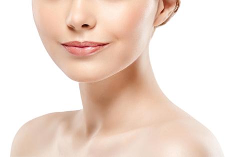완벽한 입술. 목 턱 뺨. 섹시 한 여자 입 가까이. 아름다움 젊은 여자 미소. 자연적인 통통한 가득 차있는 입술. 입술 증가. 세부 사항을 닫습니다.