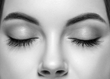닫힌 된 여자 눈 코 studio 흑백입니다. 사진관.