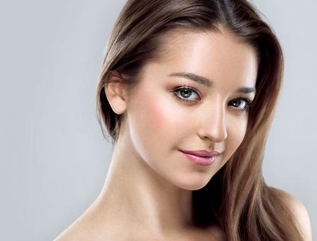 아름다운 여자의 얼굴 젊은 초상화를 닫습니다. 회색. 스튜디오 촬영. 스톡 콘텐츠 - 62414637
