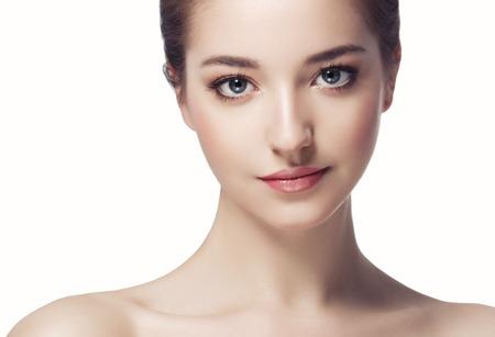 Belle femme visage gros plan portrait jeune. Isolé sur blanc Studio shot. Banque d'images