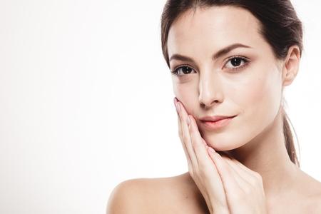 Jonge mooie vrouw gezicht portret met gezonde huid. Studio-opname. Geïsoleerd op wit. Stockfoto