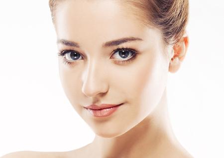 아름다운 여자의 얼굴 젊은 초상화를 닫습니다. 흰색입니다. 스튜디오 촬영.