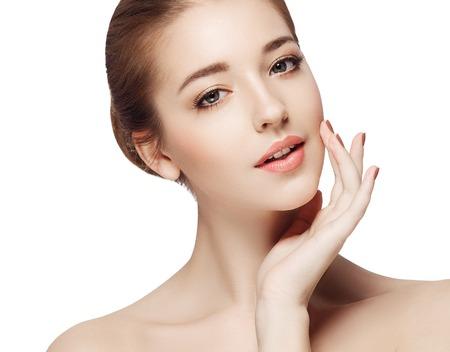 Mooie vrouw gezicht close-up portret jonge. Geïsoleerd op wit. Studio-opname.