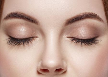 아름다운 여자가 눈을 감았습니다.