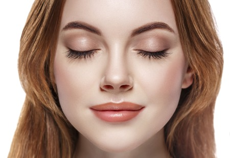 Vrouw gesloten oog close-up geïsoleerd op wit.