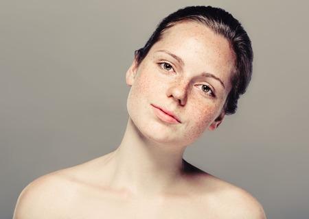 Jong mooi het gezichtsportret van de sproetenvrouw met gezonde huid.