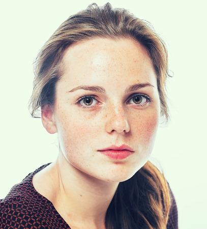 Portret van een jonge vrouw met sproeten. Geïsoleerd op wit.