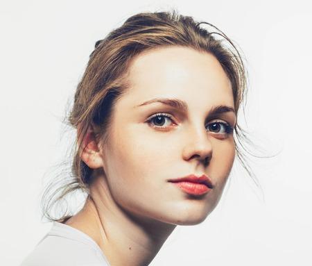 주근깨와 젊은 행복한 여자의 초상화. 흰색입니다. 스톡 콘텐츠