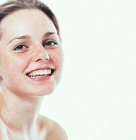Portret van lachende jonge en gelukkige vrouw met sproeten. Geïsoleerd op wit.