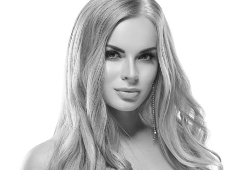 아름다움 여자 얼굴 초상화 완벽 한 신선한 깨끗 한 피부와 아름 다운 스파 모델 소녀입니다. 여자 손톱 매니큐어 립스틱 같은 색 금발 머리 청소년 및  스톡 콘텐츠