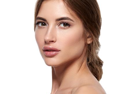 Bela mulher cuidado da pele retrato saudável beleza retrato isolado no branco Foto de archivo - 79448336