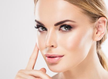 美容女性の顔の肖像画の美しいスパ モデル完璧な新鮮なきれいな肌を持つ少女。同じ色の金髪女性の爪マニキュア口紅青年の髪と肌のケアの概念で 写真素材