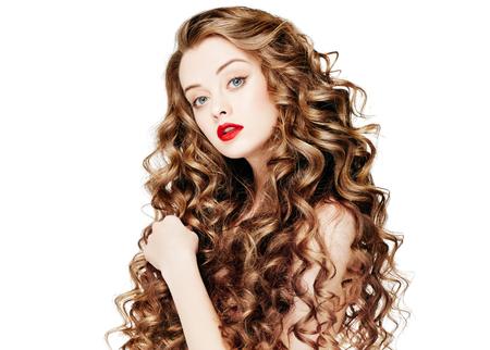 가인. 곱슬 머리 빨간 Lipsq. 건강 한 긴 물결 모양의 머리를 가진 패션 소녀입니다. 아름다움 갈색 머리 여자 Portrait.Hair 확장, Permed 머리카락