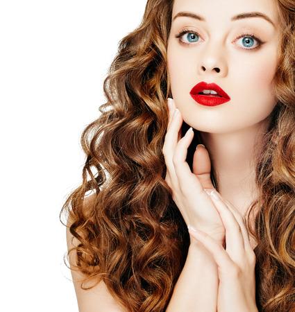 Gente meravigliosa. Capelli ricci Lipsq rosso. Ragazza di modo con i capelli lunghi ondulati sani. Ritratto di donna di Brunette di bellezza. Estensione di capelli, capelli scolpiti Archivio Fotografico - 78786112