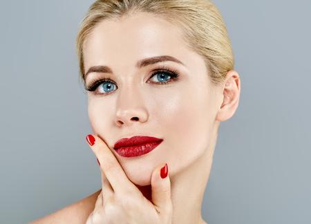 美しい女性金髪の顔の肖像画。美しいスパ モデル完璧な新鮮なきれいな肌を持つ少女。ブロンドの女性は笑みを浮かべてします。若さと肌ケア概念