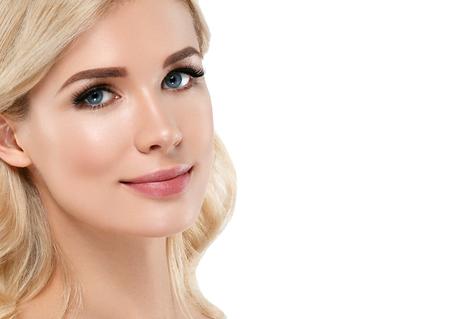 Donna Bionda Bella Ritratto. Concetto cosmetico, platino Biondo capelli modello ragazza. Studio shot. Isolato su bianco. Archivio Fotografico - 78844329