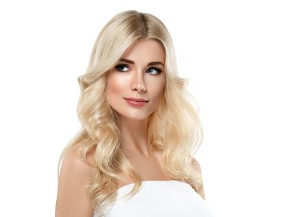 금발의여 인 아름 다운 초상화입니다. 화장품 개념, 백 금 금발 머리 모델 소녀입니다. 스튜디오 촬영. 흰색으로 격리.