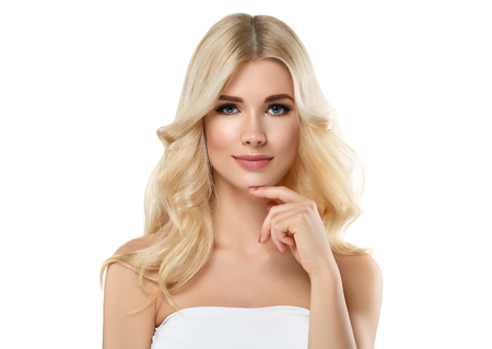 Blonde Vrouw Mooi Portret. Cosmetisch concept, platina Blond haar Model Meisje met manicure. Studio shot. Geïsoleerd op wit.
