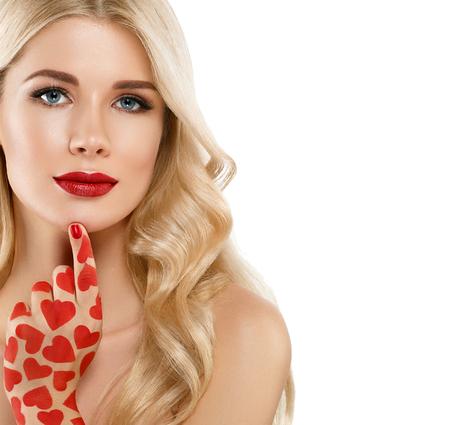 バレンタインの日ハート ピンク美容女性顔の肖像画の美しいスパ モデル完璧な新鮮なきれいな肌を持つ少女。金髪のモデルは、完璧なメイクを笑っています。白い背景に分離 写真素材 - 78837548