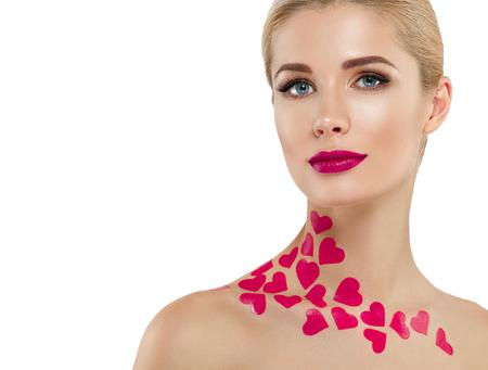 バレンタインの日ハート ピンク美容女性顔の肖像画の美しいスパ モデル完璧な新鮮なきれいな肌を持つ少女。金髪のモデルは、完璧なメイクを笑っ 写真素材