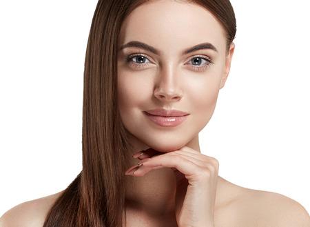 Ritratto di bellezza del primo piano cosmetico della donna, per la bella gente del salone e la cura sana pelle e capelli