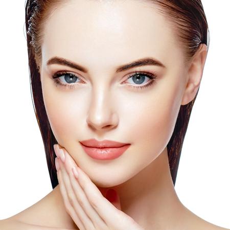 Schöne Frau Gesicht Portrait Beauty Skin Care Concept. Mode Schönheit Modell isoliert auf weiß Standard-Bild - 79397046