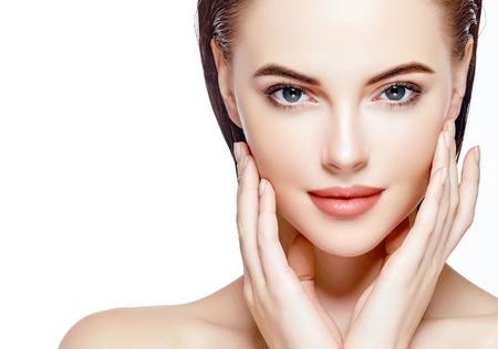 아름 다운 여자 얼굴 초상화 아름다움 스킨 케어 개념입니다. 화이트 절연 패션 뷰티 모델