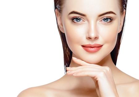 Hermosa mujer retrato de la cara de la piel Beauty Concept Care. Moda Modelo de belleza aislado en blanco Foto de archivo - 79159363