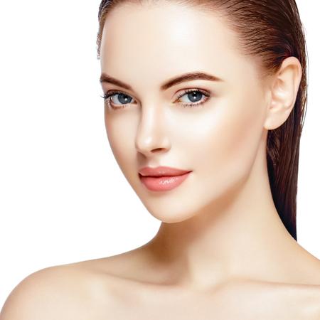 Hermosa mujer retrato de la cara de la piel Beauty Concept Care. Moda Modelo de belleza aislado en blanco