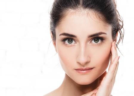 깨끗 한 신선한 피부 초상화와 함께 아름 다운 젊은 성인 여자. 얼굴 치료. 미용, 뷰티 및 스파 여성 모델 스톡 콘텐츠