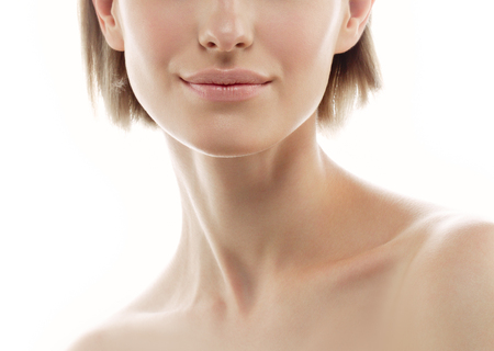 Vrouw nek schouder lippen neus. Studio opname. Geïsoleerd op wit. Stockfoto