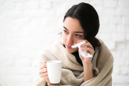 젊은 여자 온도 아픈 침대에서 뜨거운 음료. 실내 촬영. 스톡 콘텐츠