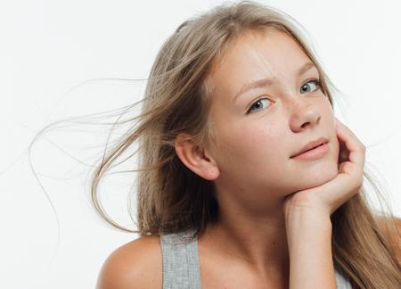 かわいい十代の少女そばかす女の顔クローズ アップ肖像画健康な皮膚。スタジオ撮影します。