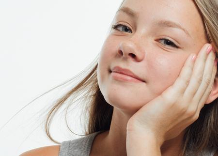 健康な肌とかわいい十代の少女そばかす女顔クローズ アップ肖像
