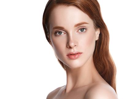 De schoonheidsportret van de vrouwen kosmetisch close-up, voor salon mooie mensen en gezond zorghuid en haar. Studio opname. Geïsoleerd op wit.