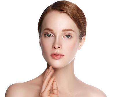아름다움 여자 얼굴 손으로 초상화입니다. 아름 다운 모델 소녀 완벽 한 신선한 깨끗 한 피부 색 입술 보라색 빨간색. 금발 갈색 머리 짧은 머리 청소년 스톡 콘텐츠